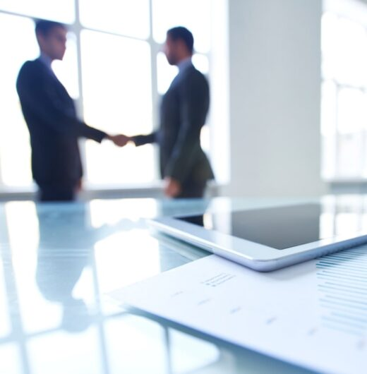 photo-employees-shaking-hands-table (1)-min